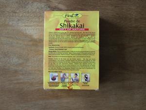 Laissez poser le mélange shikakai + eau pendant 5 minutes au moins (piquer le sweat de votre mec histoire de ne pas salir votre chemisier)