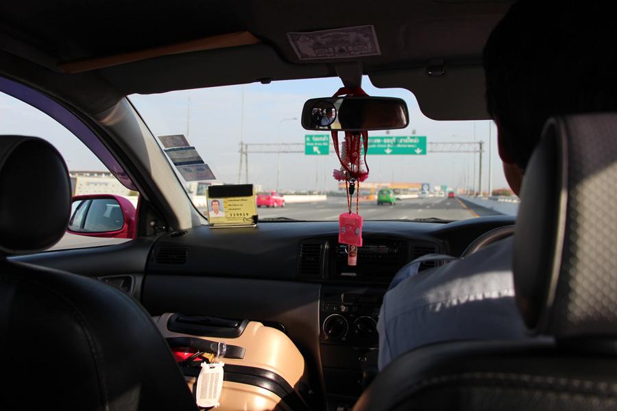 La conduite se fait à gauche.