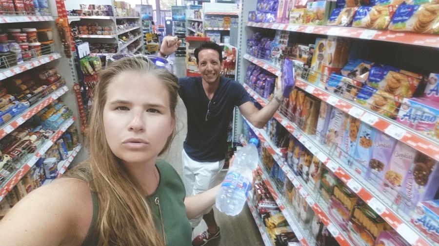 Dans les supermarchés ils passent de la techno / house. Normal...