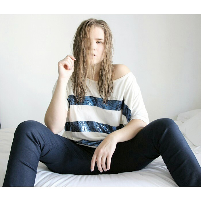 Jean : DenimStudioParis / Haut : H&M